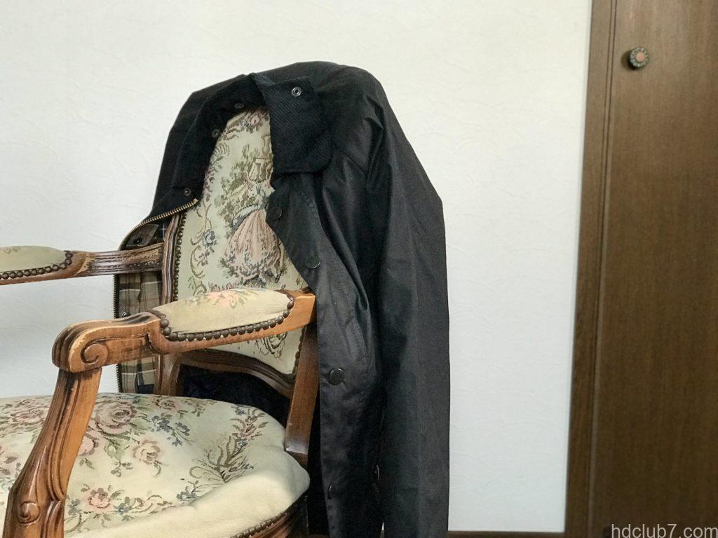 椅子にかけられたハンガーにかけられたバブアーのビデイルSL(ネイビー)