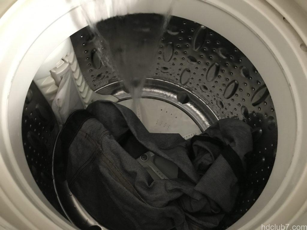 リーバイス501シュリンクトゥフィットが洗濯機で洗われているところ