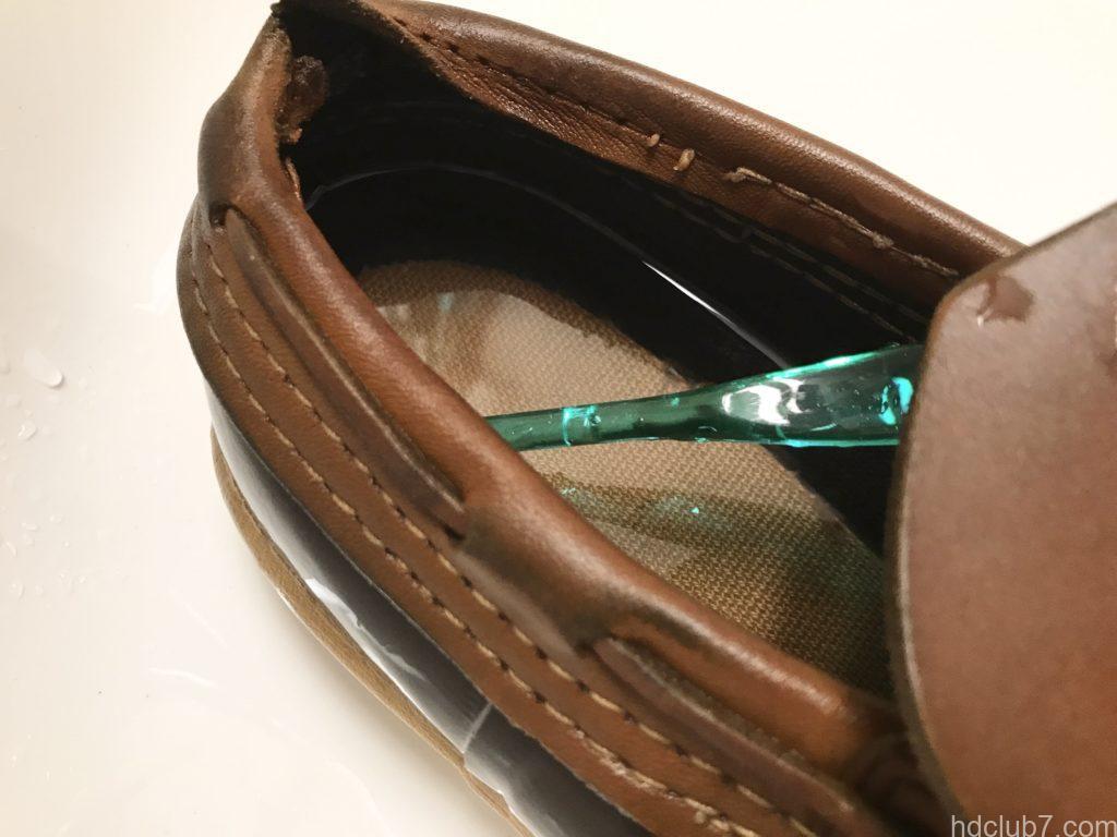 ビーンブーツのモカシンを歯ブラシで洗っている