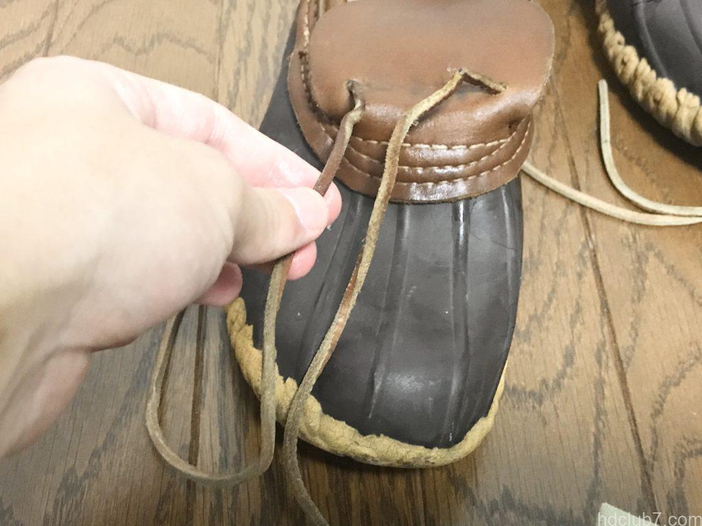 ビーンブーツのモカシンの紐にワセリンを塗っている