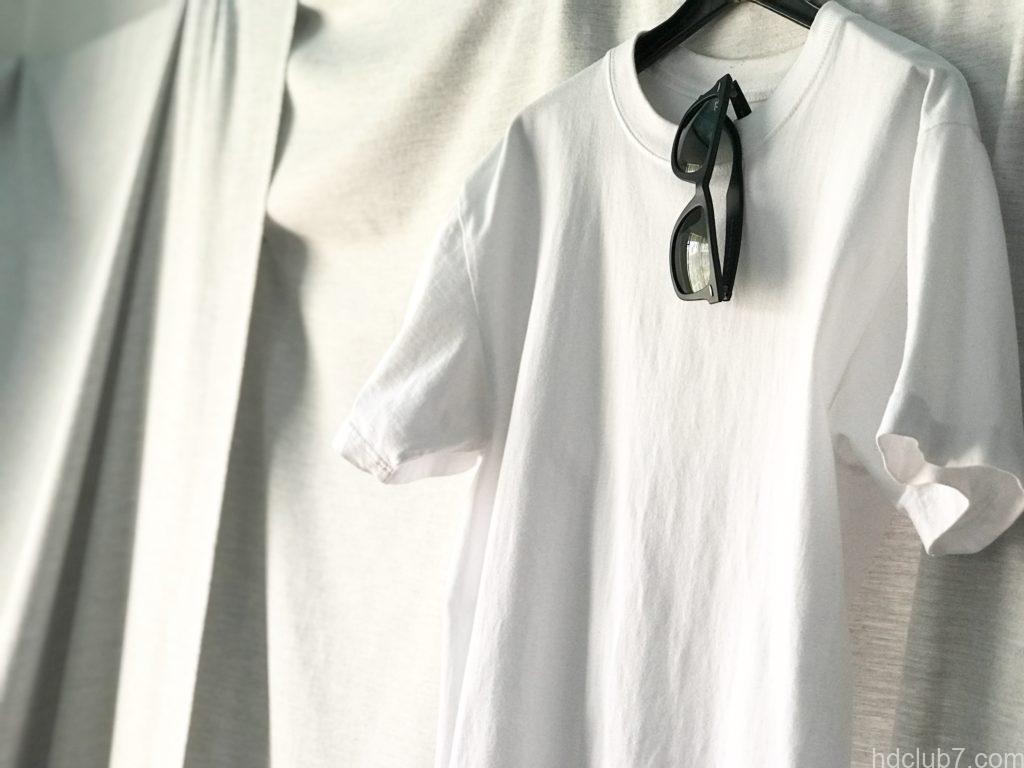 Tシャツの首にかけてるレイバンのウェイファーラー