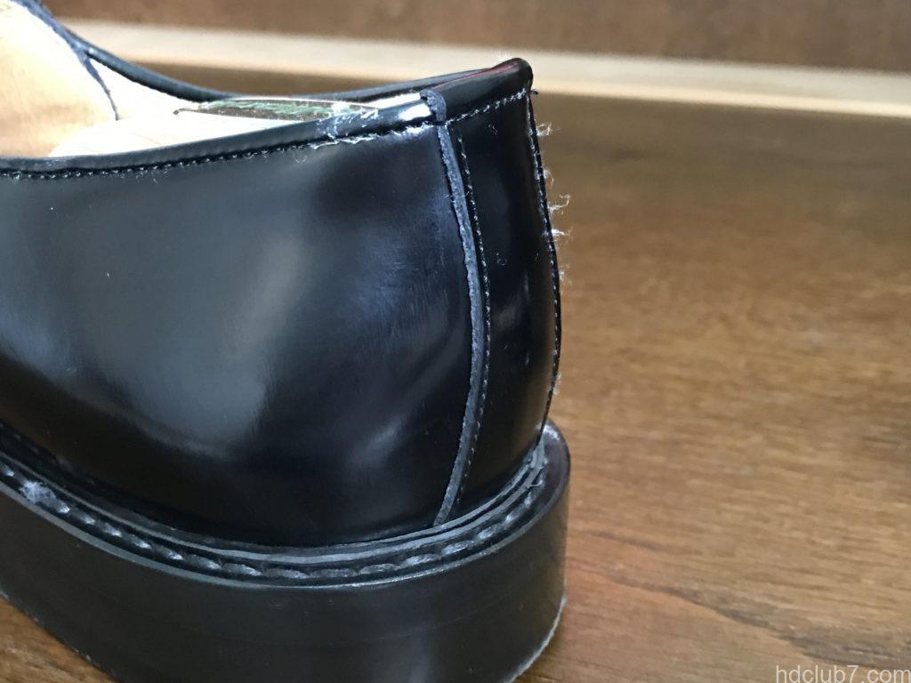 3ヶ月履いたハルタのプレーントゥシューズ(ガラスレザー)にクリームを塗布した直後の傷跡