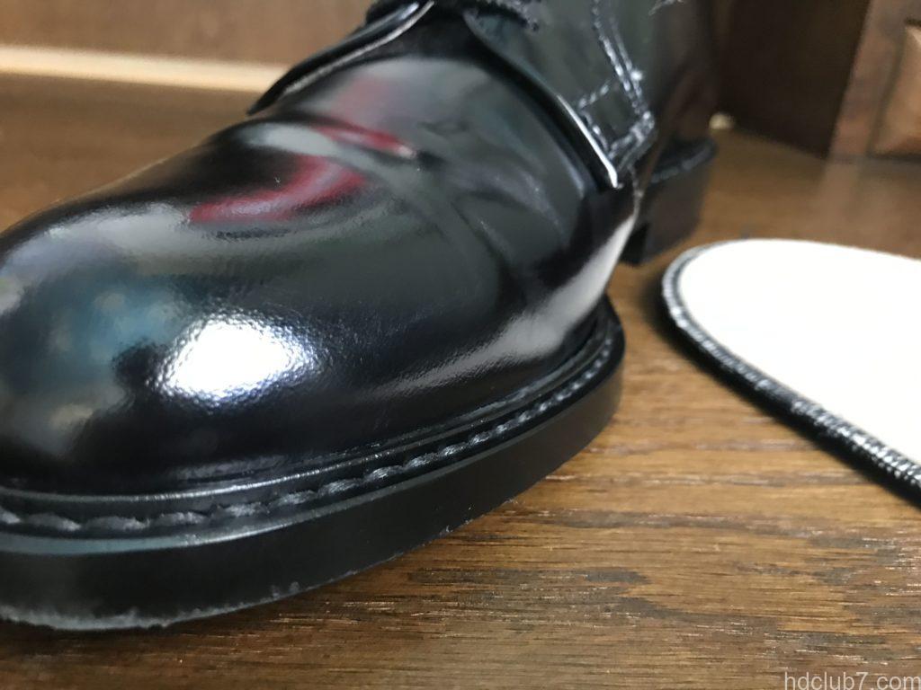 3ヶ月履いたハルタのプレーントゥシューズ(ガラスレザー)にクリームを塗布して乾拭きまで終わった後の傷跡