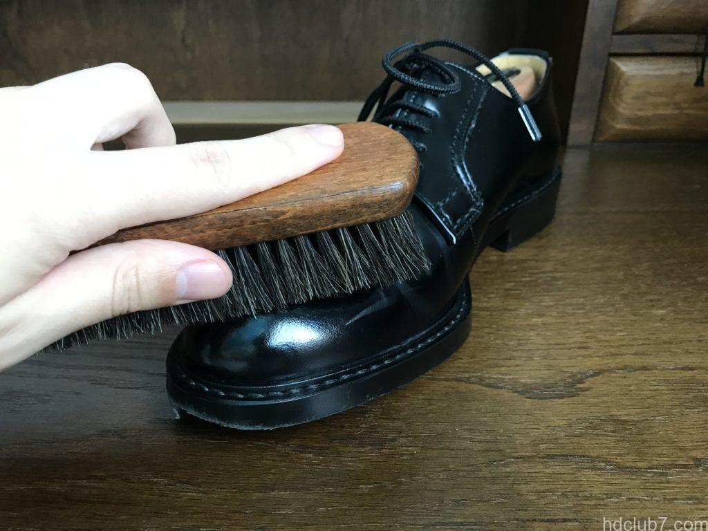 3ヶ月履いたハルタのプレーントゥシューズ(ガラスレザー)を馬毛ブラシでほこり落とし