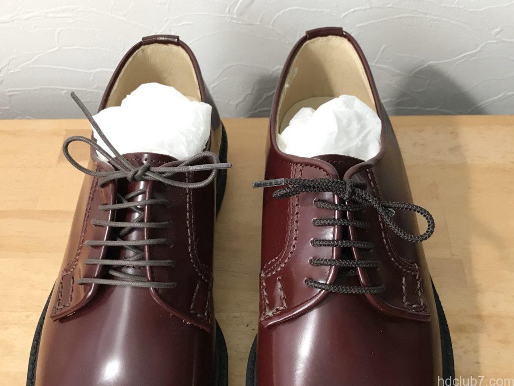 靴紐をゴムに変えたハルタのポストマンシューズ