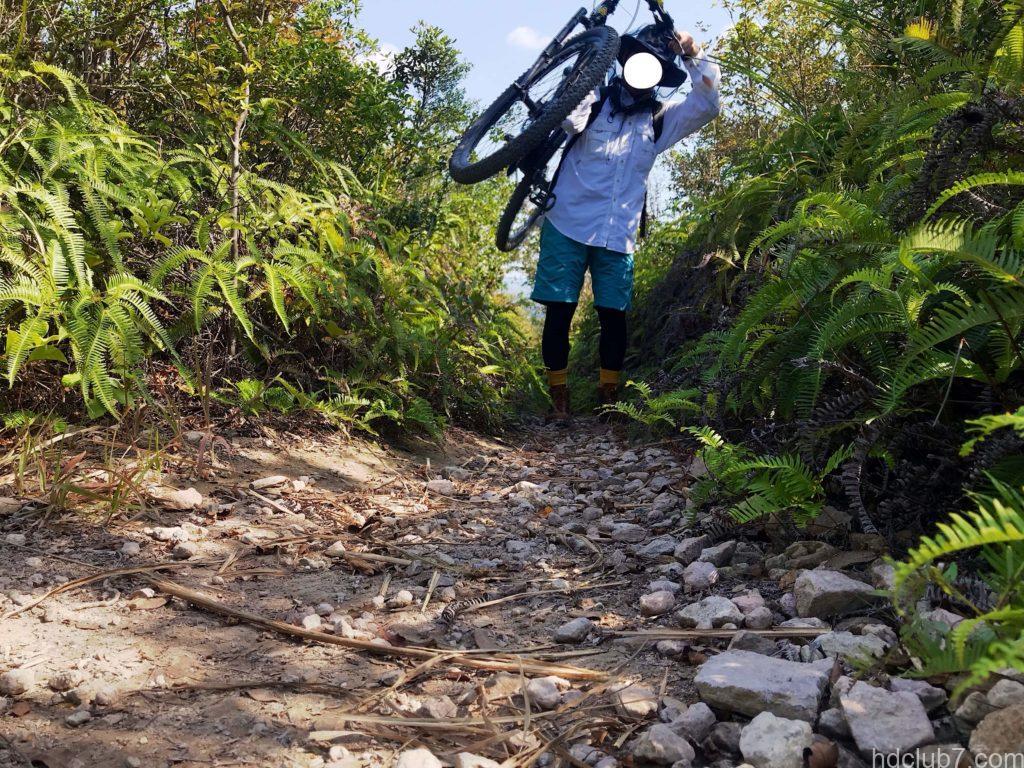ノースフェイスのゴアテックスハットとシートゥーサミットのヘッドネットを被って登山をする男
