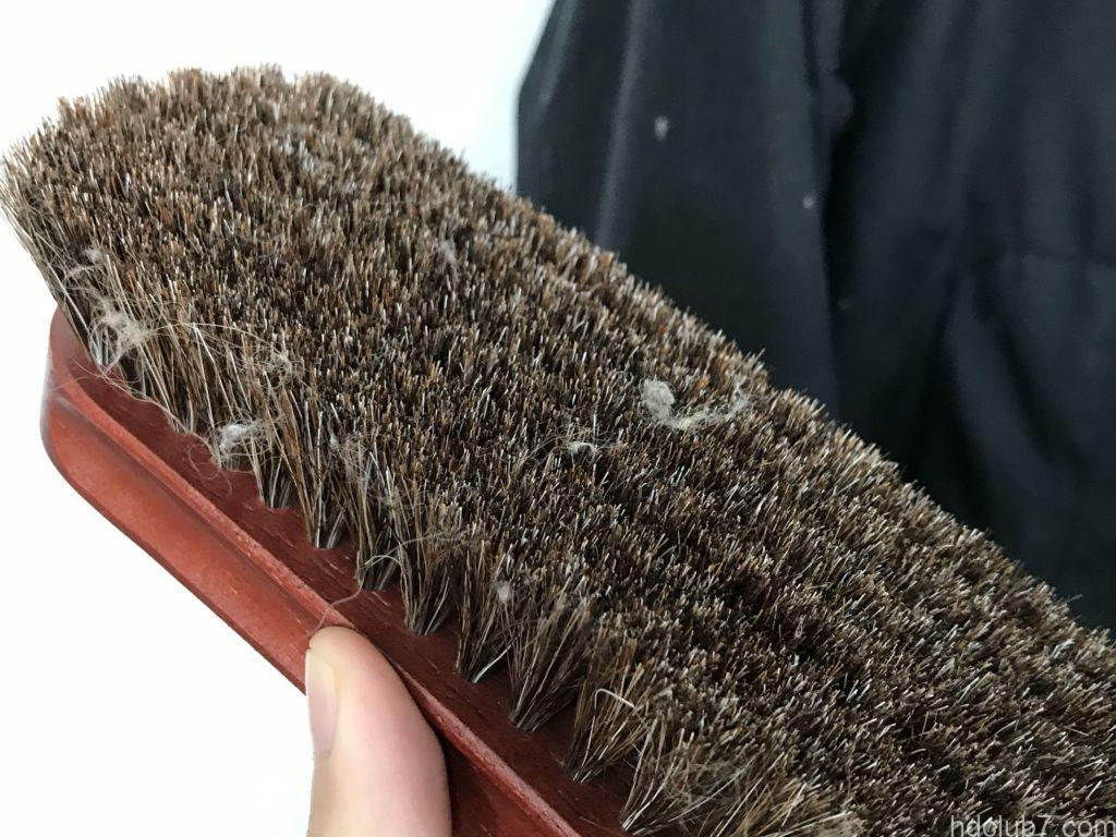 バブアーのオイルドビデイルSLをブラシして取れた犬の毛とホコリ