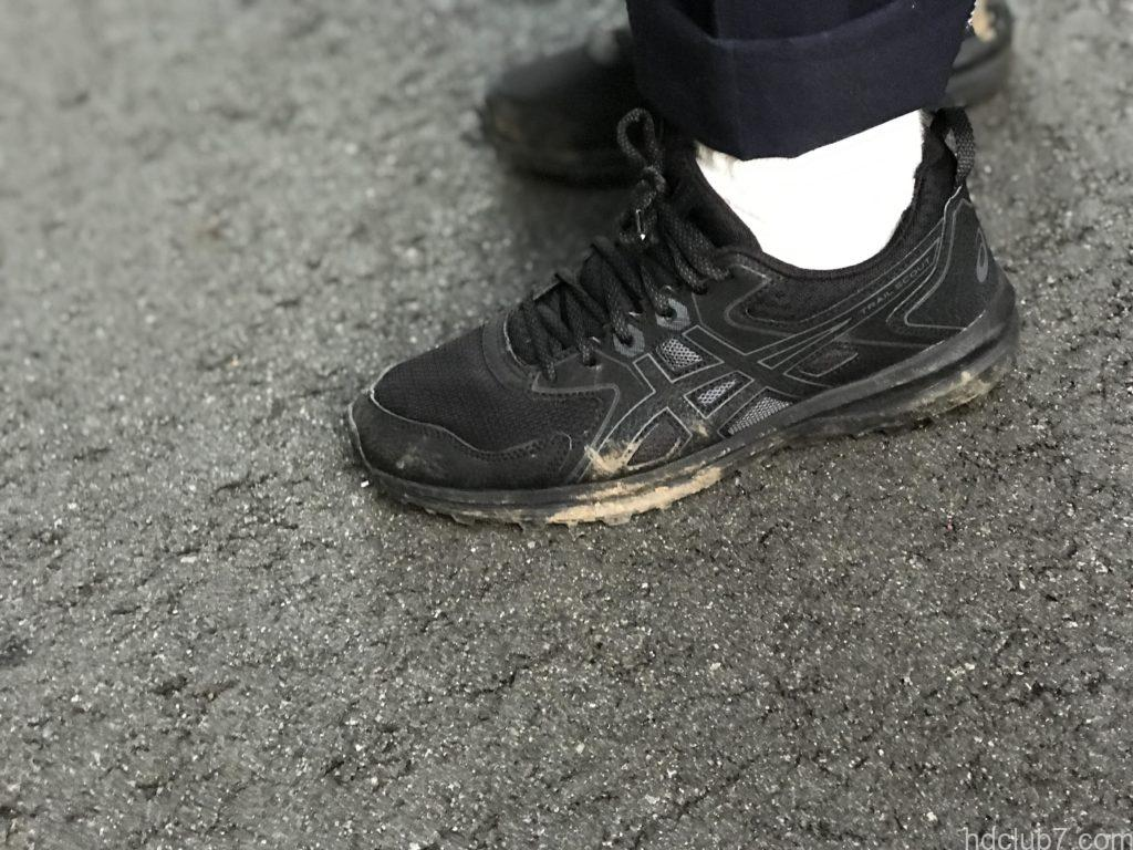 泥で汚れたアシックスのトレランシューズのトレイルスカウトとヘルスニットの靴下