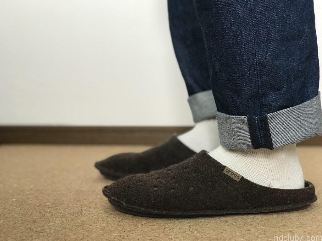 クロックスの室内モデルのクラシックスリッパとヘルスニットの靴下とリーバイス501