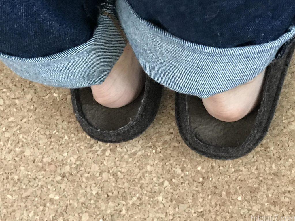 クロックスの室内モデルのクラシックスリッパを裸足で履いたときのサイズ感