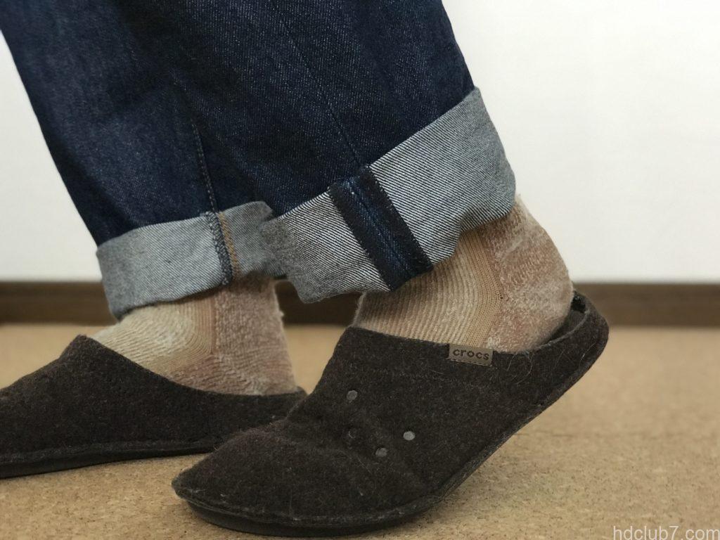 クロックスの室内モデルのクラシックスリッパとキャラバンの靴下とリーバイス501