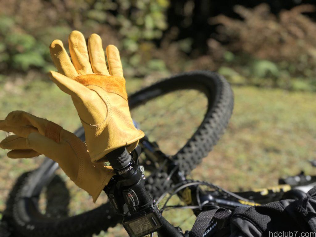 自転車のハンドルで干されてるグリップスワニーのキャンプグローブG70