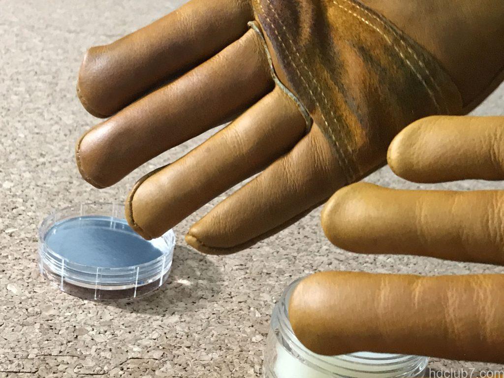 グリップスワニーのレザーグローブにミンクオイルの塗り込んでいる