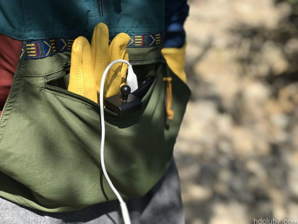 ポケットに手袋やバッテリーを収納されたエルエルビーンのアノラック