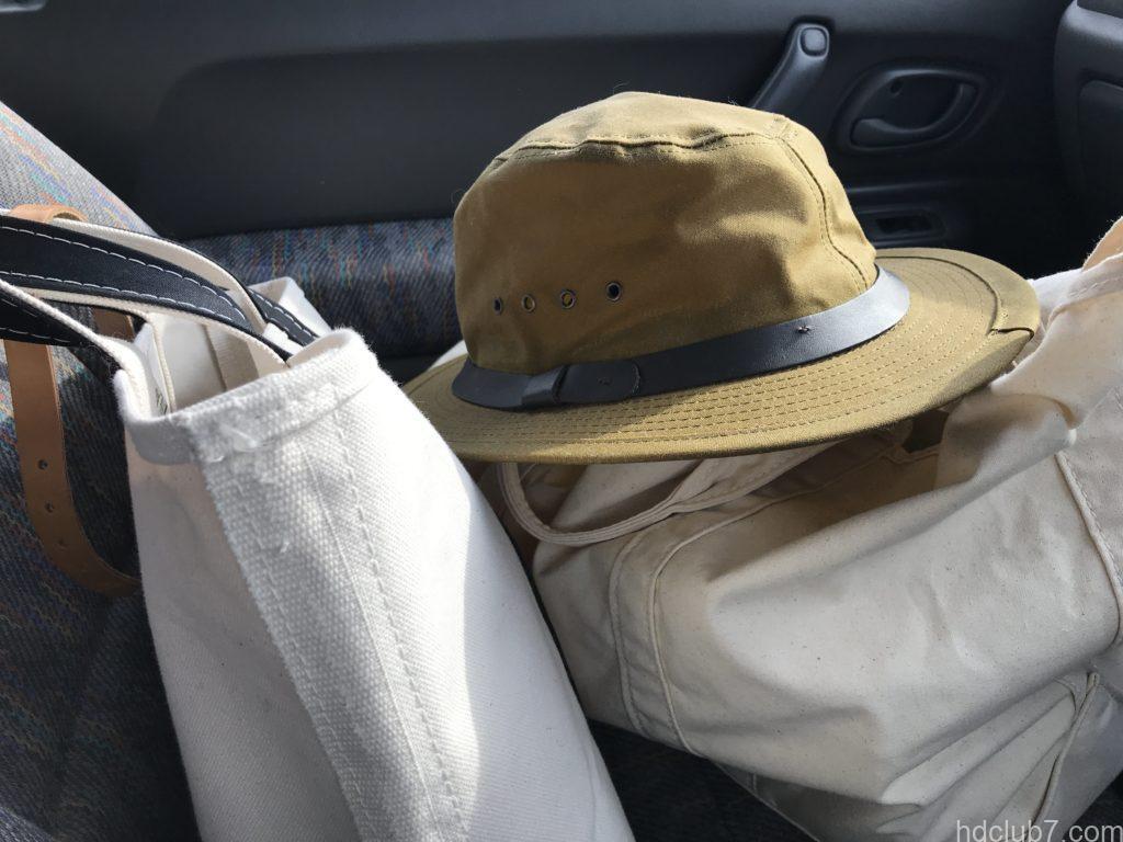 車の助手席にビーントートといっしょに置かれたフィルソンのティンクロスパッカーハット