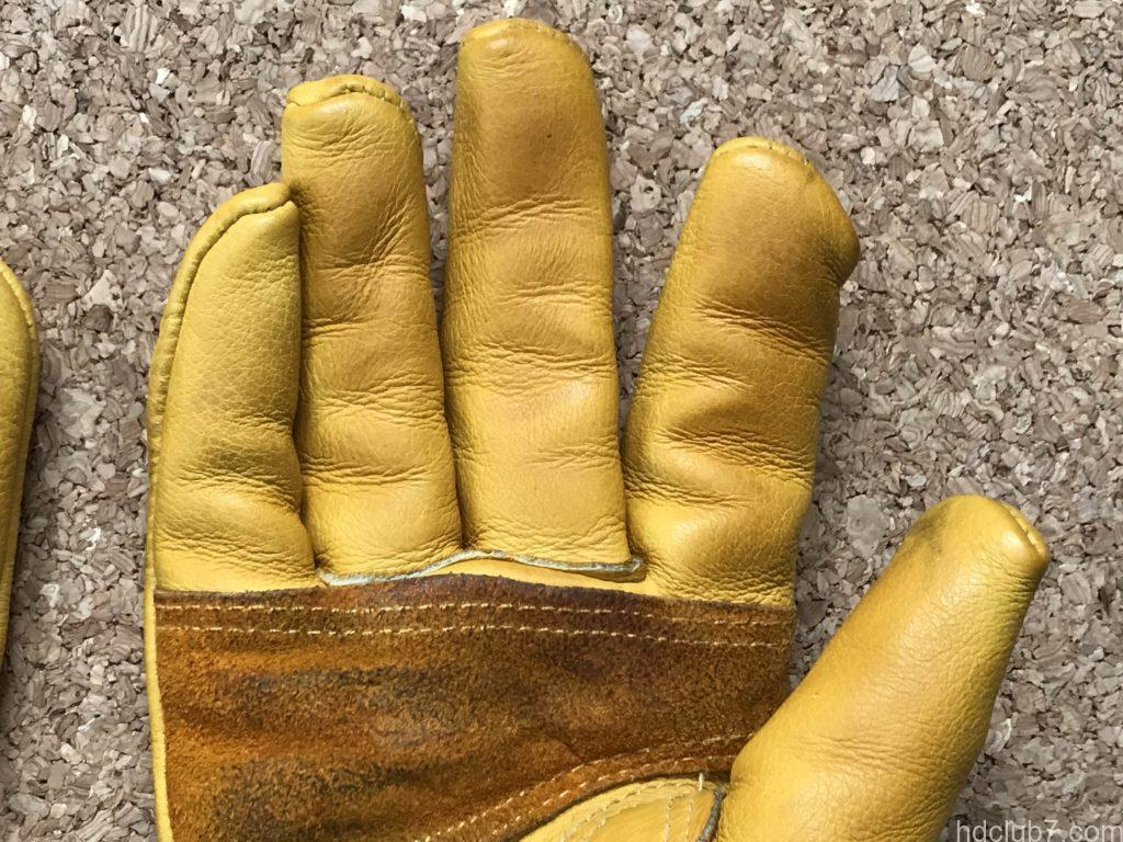 手入れ終了後のグリップスワニーのレザーグローブの指先