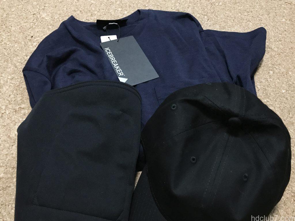 アイスブレーカーのメリノウールTのシャツ「テックライトロングスリーブポケットクルー」と黒いキャップ
