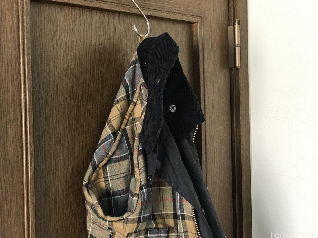 ドアハンガーで吊るされ保管されてるバブアーのビデイルSL