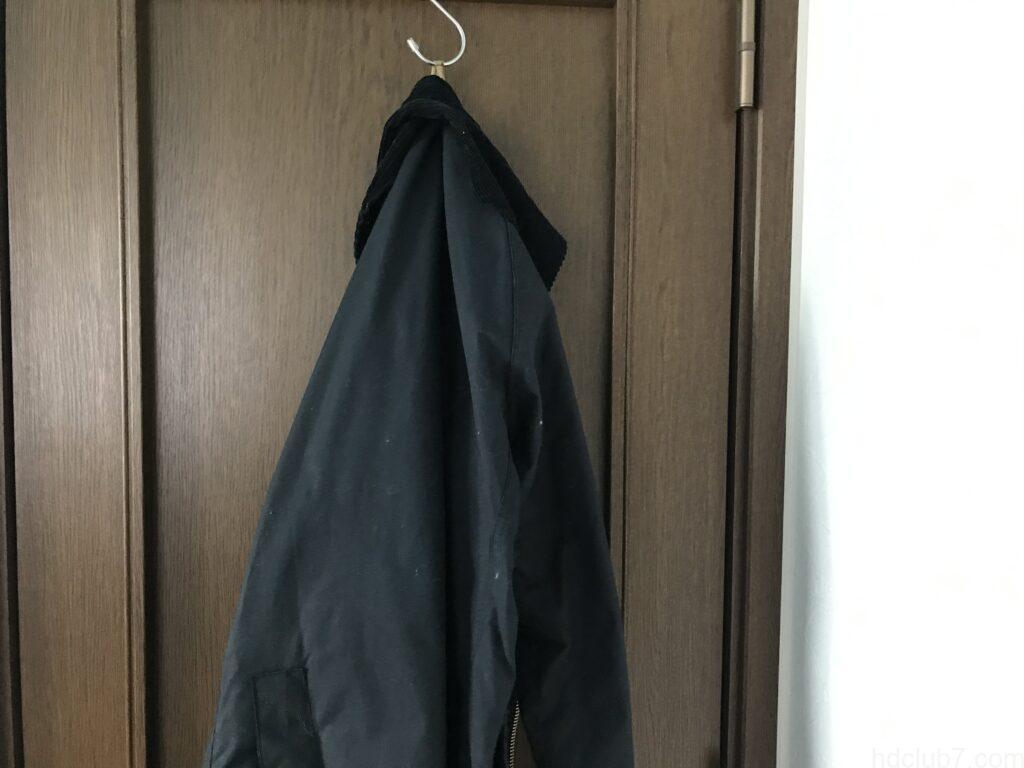 ドアハンガーで吊るされたバブアーのビデイルSL