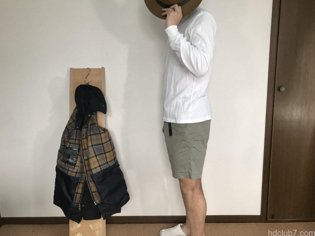 グラミチのSTショーツとラコステの長袖ポロシャツを着た男