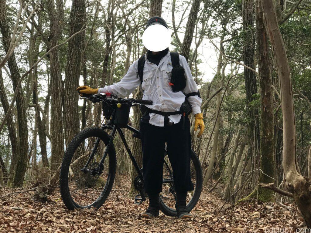 ウールリッチのニッカポッカを履いて自転車登山をする人
