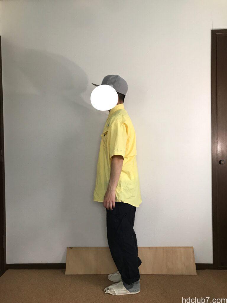 コロンビアPFGのバハマシャツⅡの半袖とプロッパーのカーゴパンツを着た人