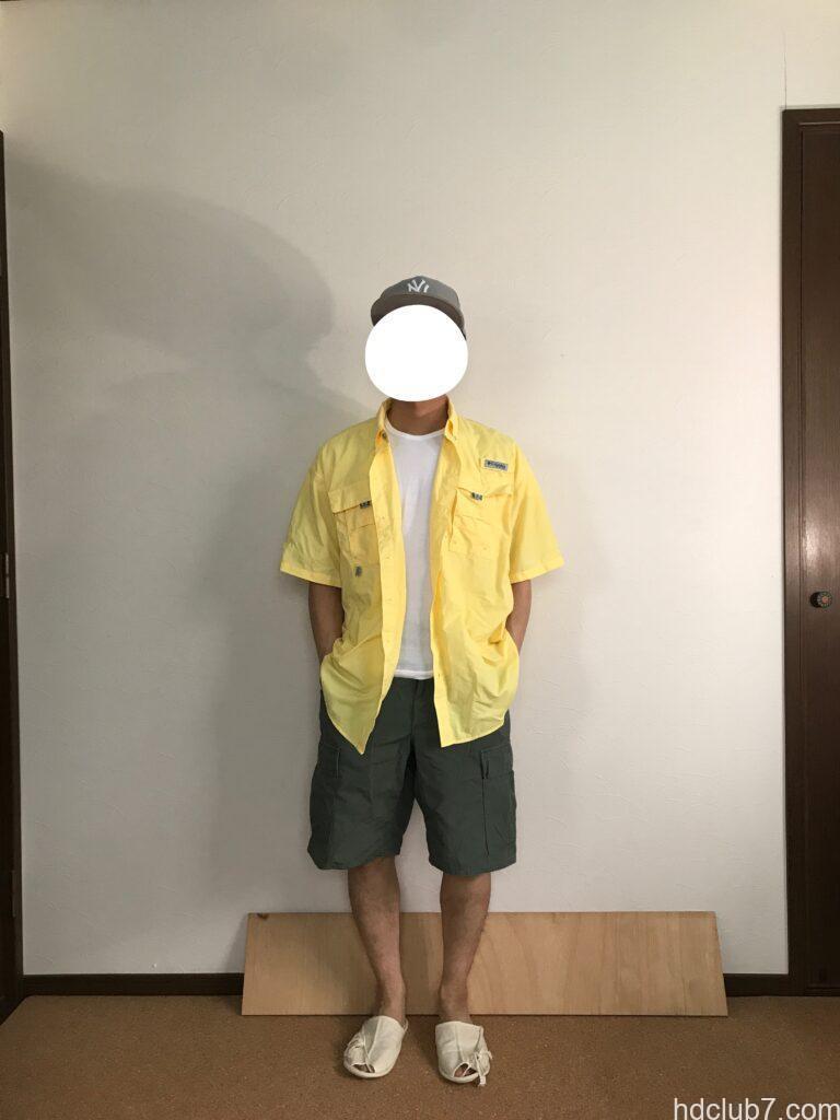 コロンビアPFGのバハマシャツⅡの半袖とプロッパーのカーゴショーツを着た人
