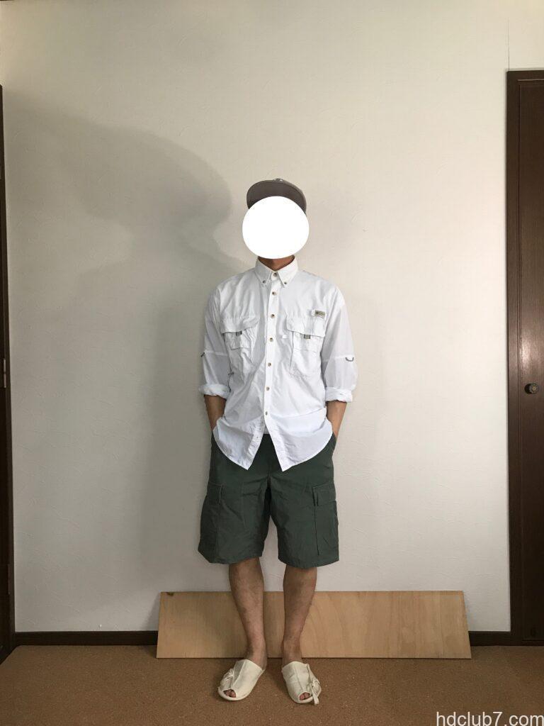 コロンビアPFGのバハマシャツⅡの長袖とプロッパーのカーゴショーツを着た人