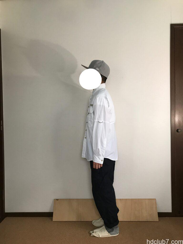コロンビアPFGのバハマシャツⅡの長袖とプロッパーのカーゴパンツを着た人