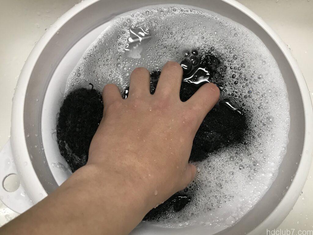 ハイランド2000のアルパカのニット帽を手洗いしている
