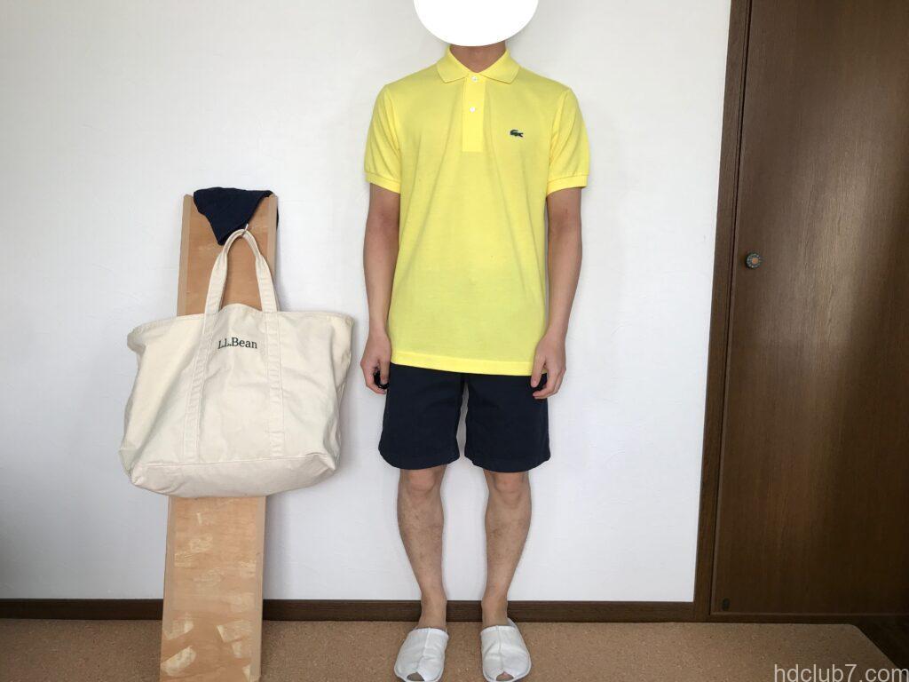 ラコステの日本製ポロシャツL1212ALの新品とグラミチのGショーツを着た男