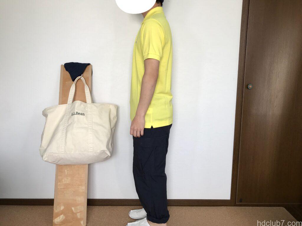 ラコステの日本製ポロシャツL1212ALの新品とプロッパーのカーゴパンツを着た男