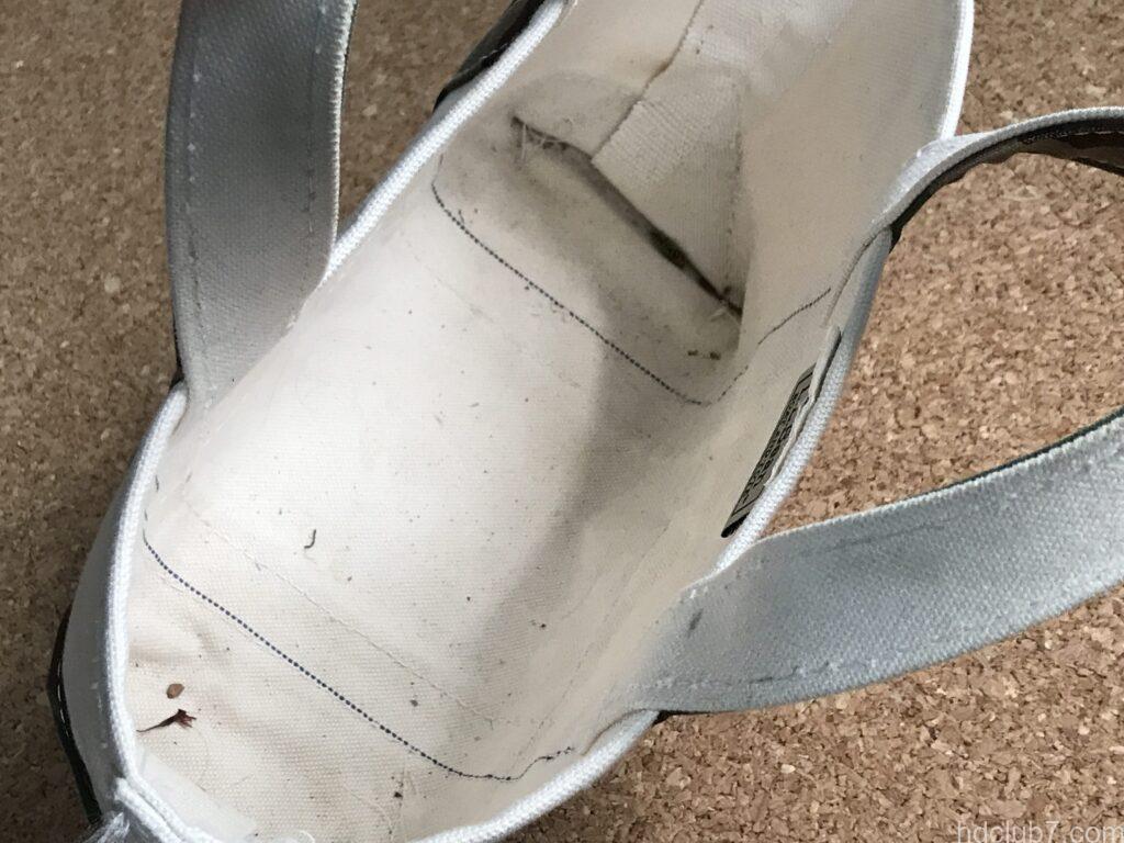 犬の散歩で使用して9ヶ月が経過したエルエルビーンのトートバッグミニ内部の泥汚れ