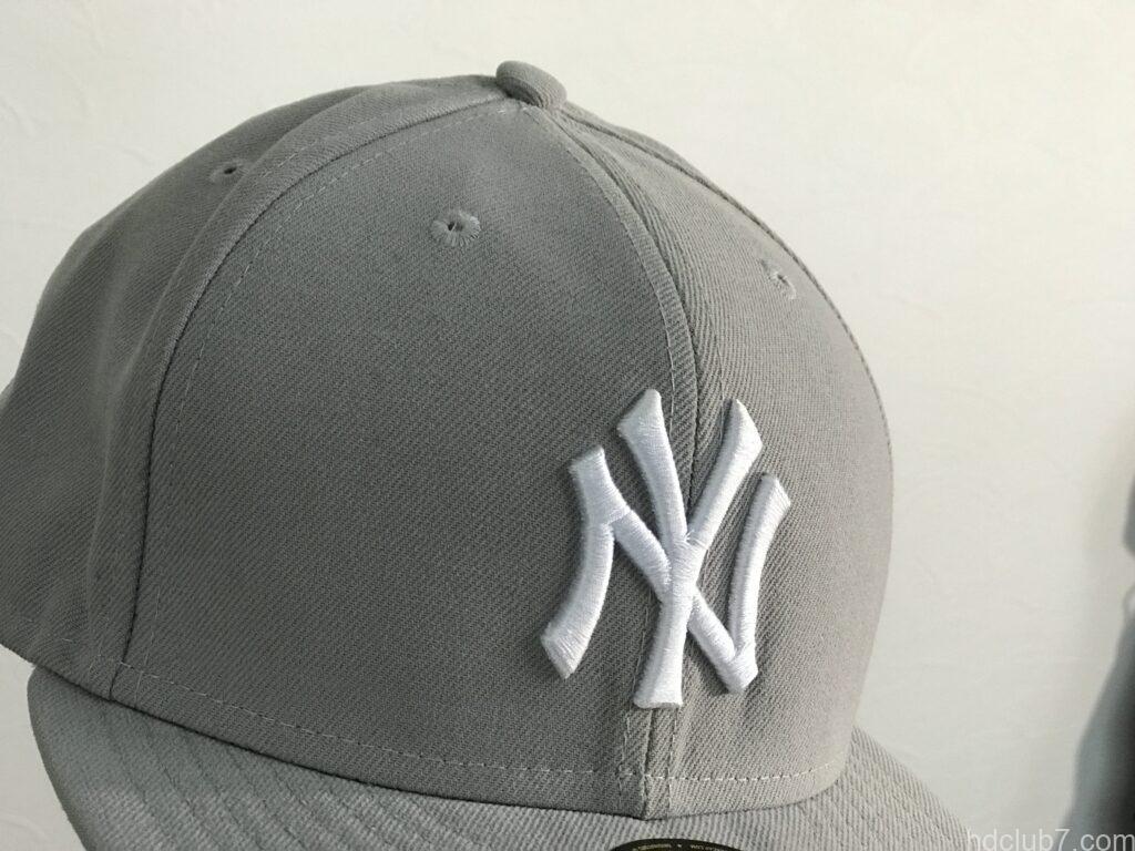 購入直後のニューエラのキャップ59fiftyのニューヨーク・ヤンキースのロゴ