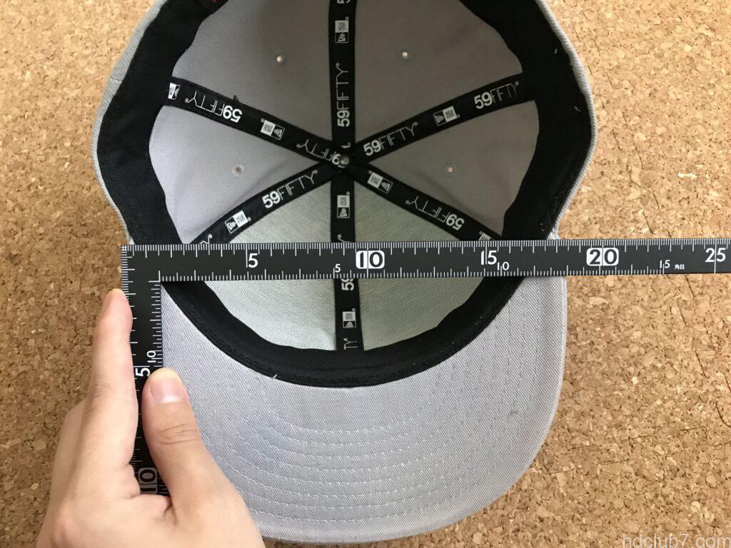 ニューエラのキャップ59fiftyの洗濯前のツバ横幅のサイズを測っている