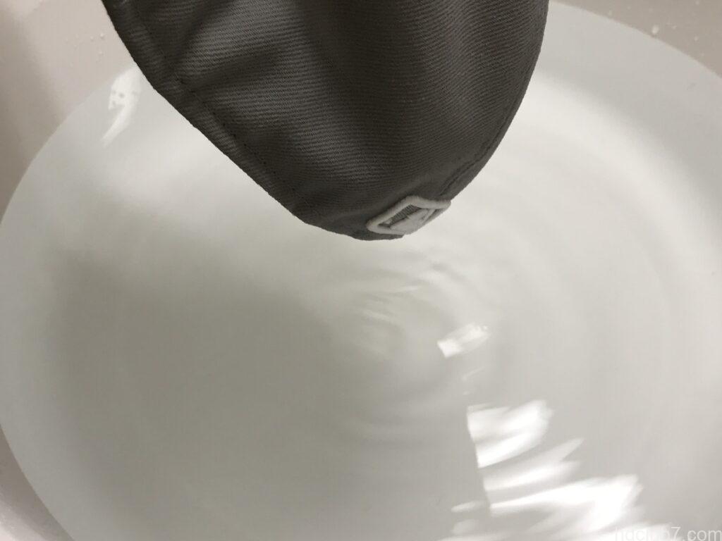 ニューエラのキャップ59fiftyの水を切って脱水している