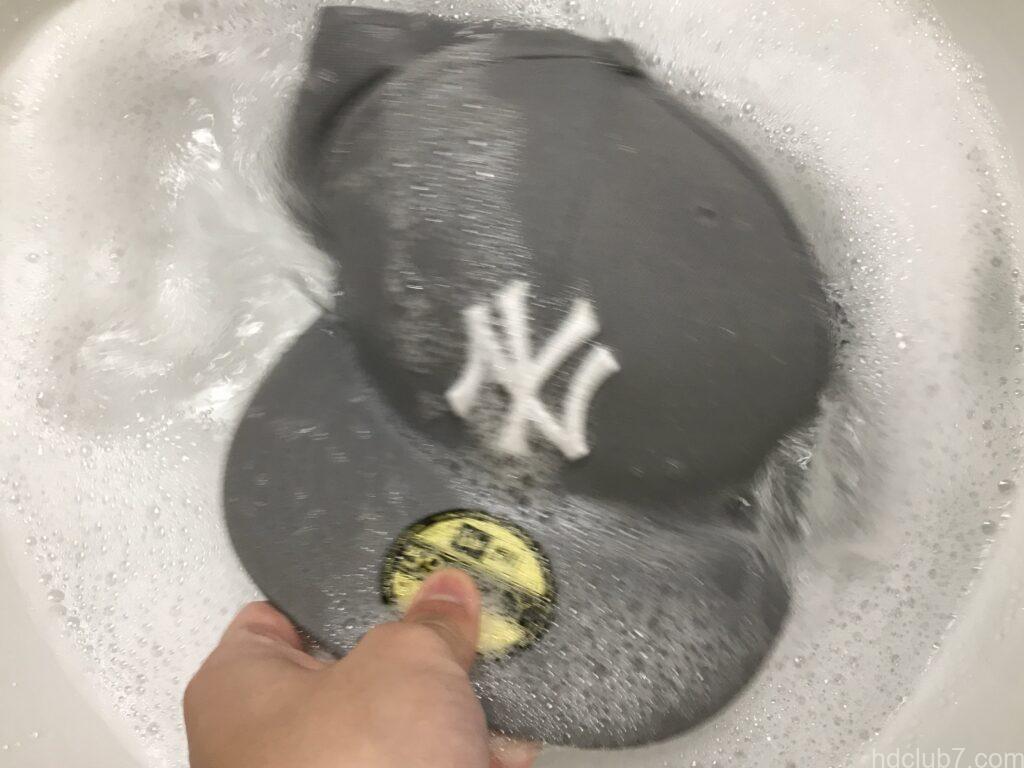 泡立てられた洗剤水で揺すり洗いされるニューエラのキャップ59fifty