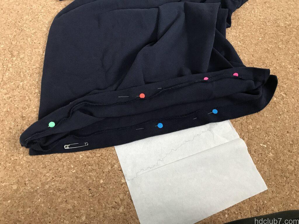 裾がまち針で留められたラコステのポロシャツL1212