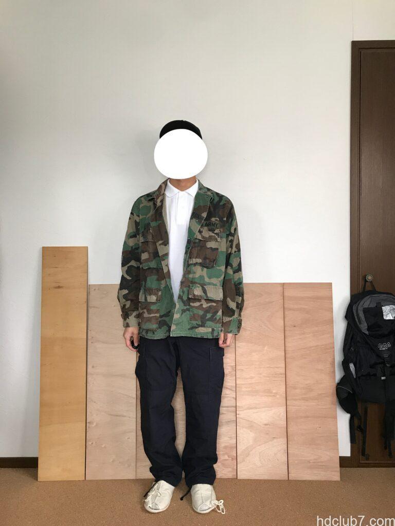 プロッパーのBDUカーゴパンツのネイビーと迷彩の実物BDUジャケットを着た人