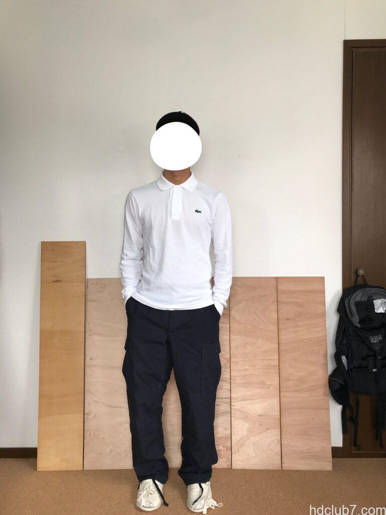 プロッパーのBDUカーゴパンツのネイビーを穿いてポケットに手を突っ込んでいる人