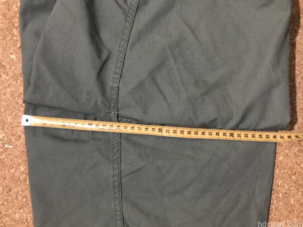 プロッパーのBDUカーゴショーツのわたり幅を測定している