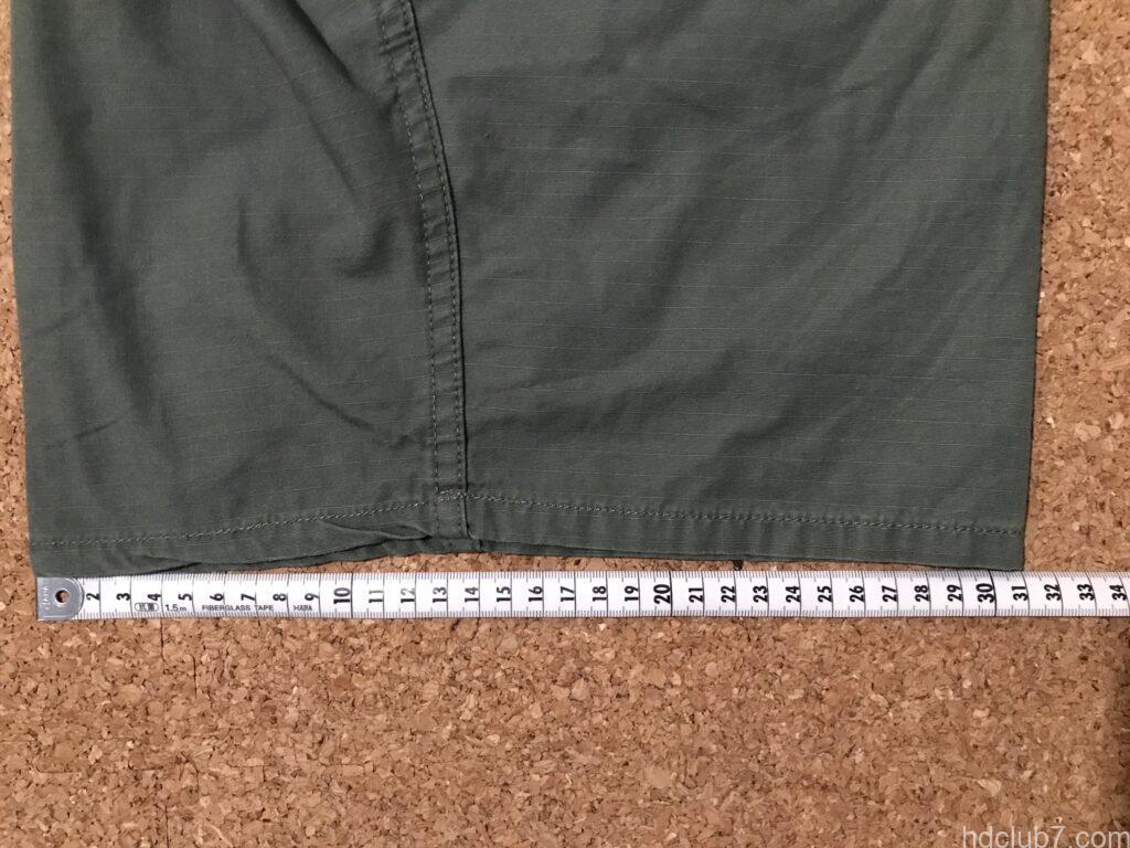 プロッパーのBDUカーゴショーツの裾幅を測定している