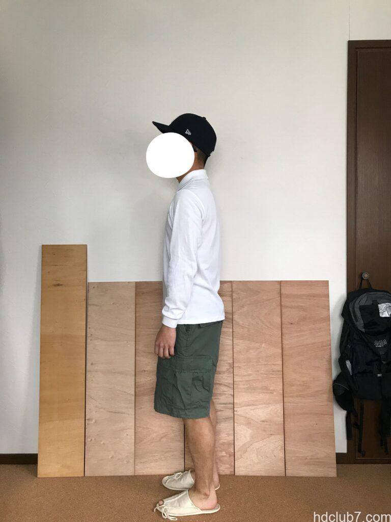 プロッパーのBDUカーゴショーツとラコステの長袖ポロシャツを着て立っている男