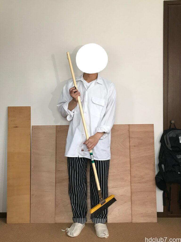レッドキャップのシェフパンツとディッキーズの長袖ワークシャツ574を着て掃除してる人