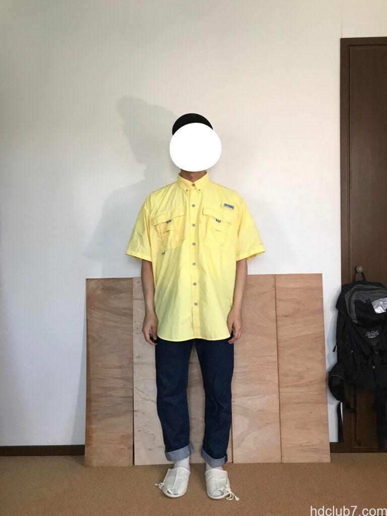 コロンビアPFGのバハマシャツ半袖とリーバイス501を着た人