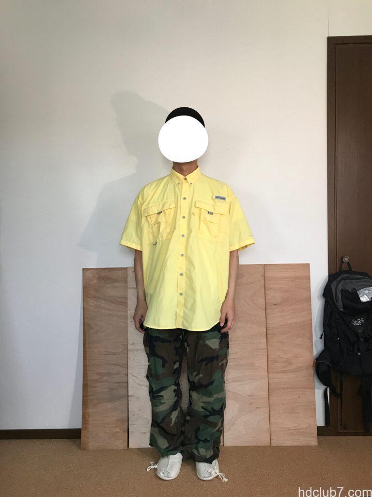 コロンビアPFGのバハマシャツ半袖とM65パンツを着た人