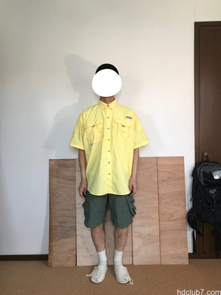 コロンビアPFGのバハマシャツ半袖とプロッパーのカーゴショーツを着た人