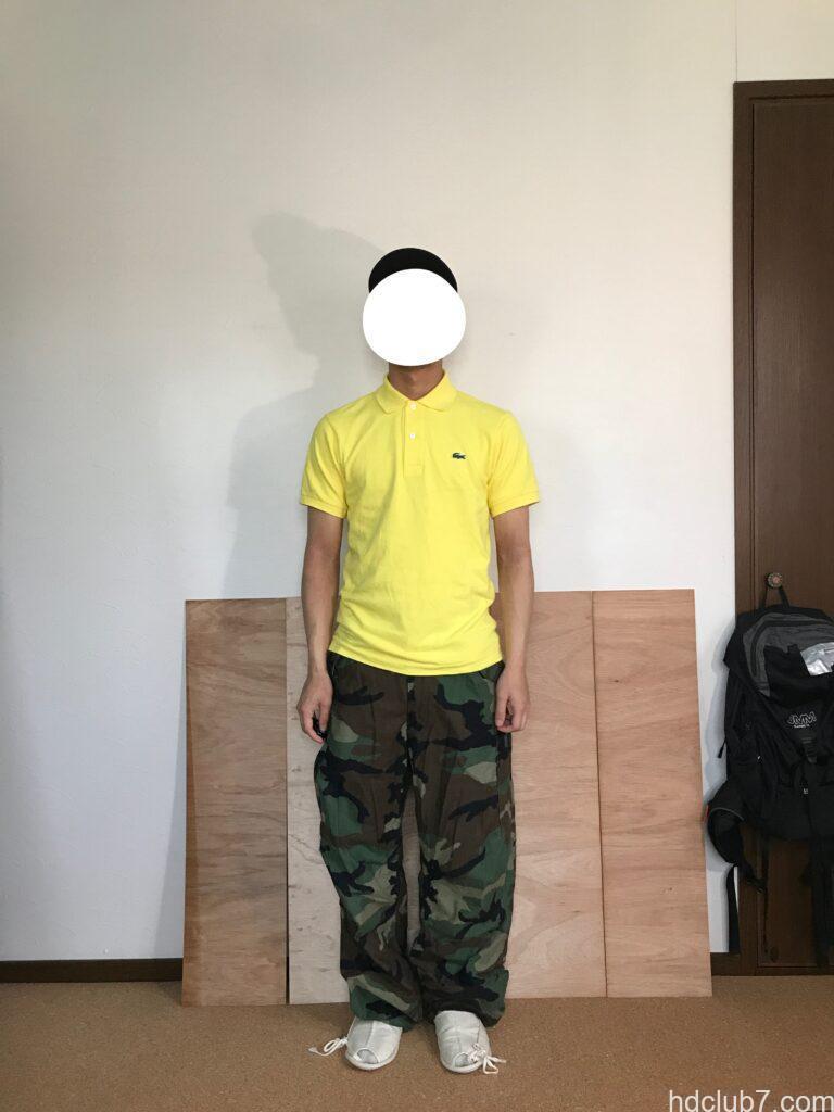 5度洗濯したラコステのポロシャツL1212のサイズ2と迷彩のM65を着た人