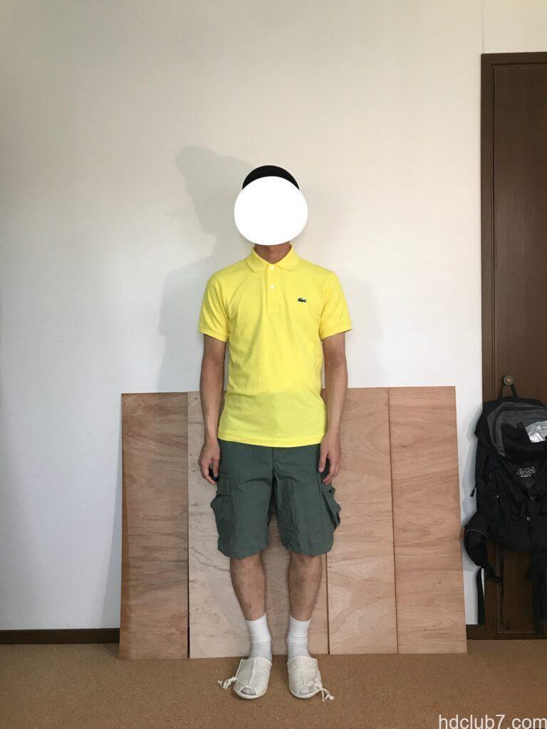 5度洗濯したラコステのポロシャツL1212のサイズ2とプロッパーのカーゴショーツを着た人