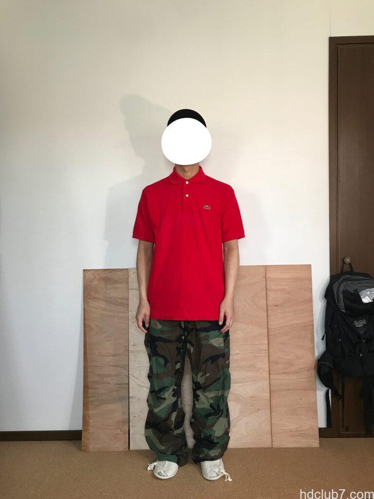 3度洗濯したラコステのポロシャツL1212のサイズ5とM65パンツを着た人
